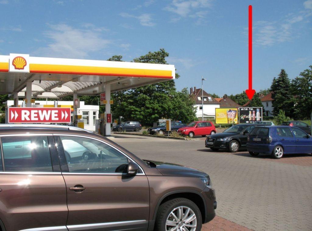 Fritz-Stegen-Allee 3. REWE u. Tankstelle. r.T.