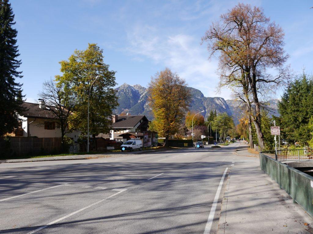 B2 Mittenwalder Straße 46, gegenüber Sporthotel Dorint