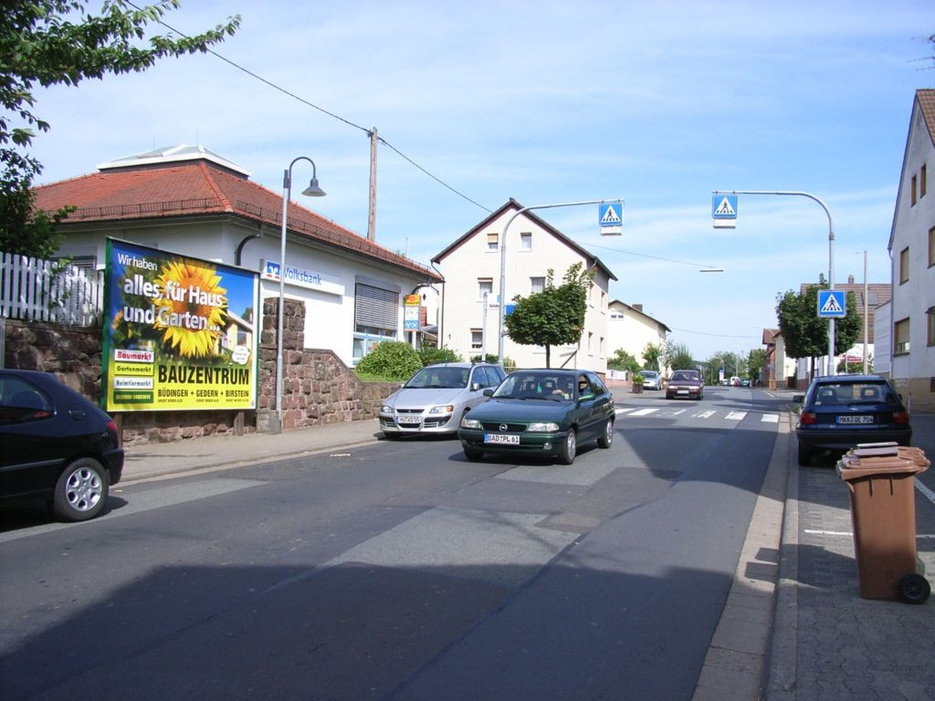 Hanauer Str. gg. 31 nh. / Friedhofstr., Volksbank gg. Bäcker