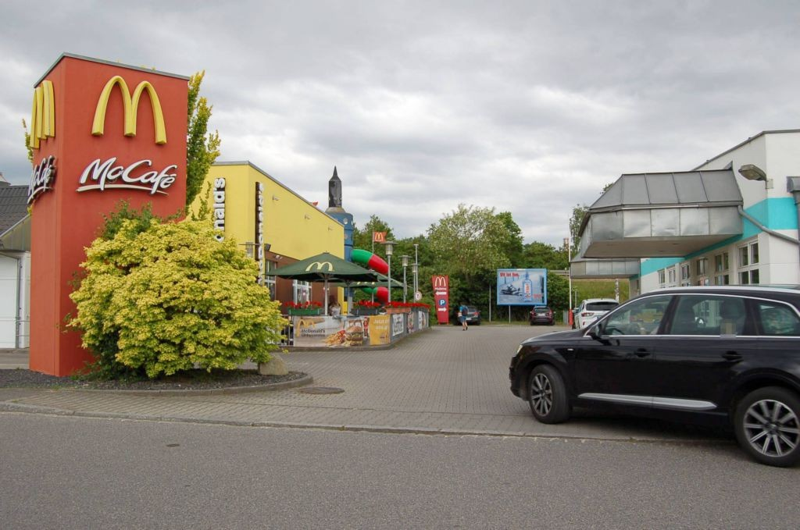 Max-Planck-Str 10/Mc Donald's/Einfahrt/geg. Eingang