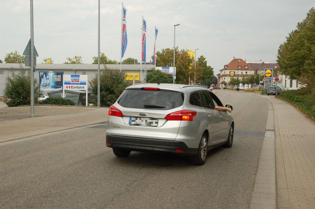 Schnabel-Henning-Str. 32 /Toom/neb. Eingang (quer zur Str)