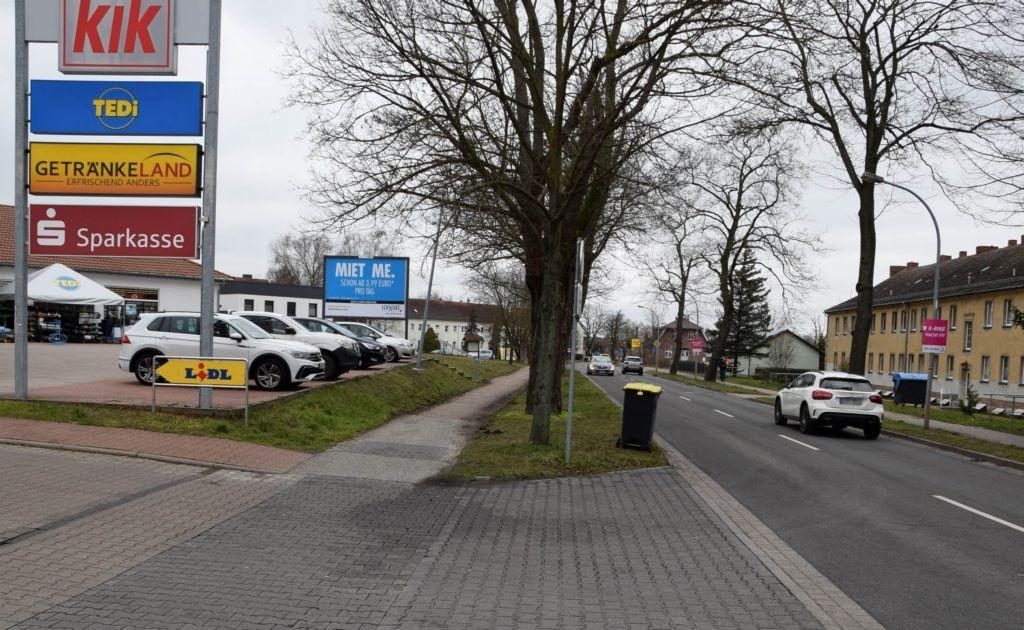 Berliner Allee 30c /Lidl/rts von Einfahrt/nh. Sparkasse