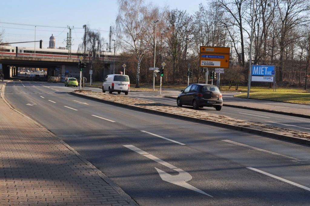 Godehardstr/Bahnhofsallee (quer zur Kreuzung)