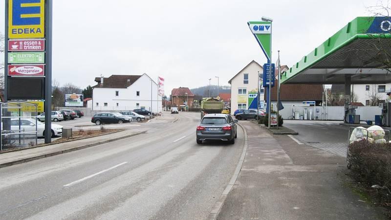 Hauptstr. 54/Edeka/Höhe Einfahrt (quer zur Str)