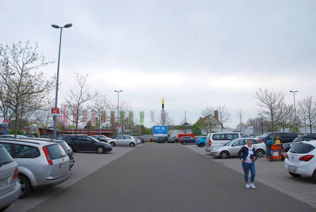 Schönauer Str. 8 /Kaufland/bei Einfahrt/rts (Sicht Markt)