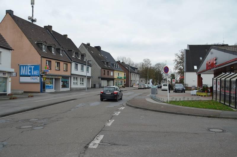 Bachackerweg 79 /geg. Rewe (quer am Giebel)