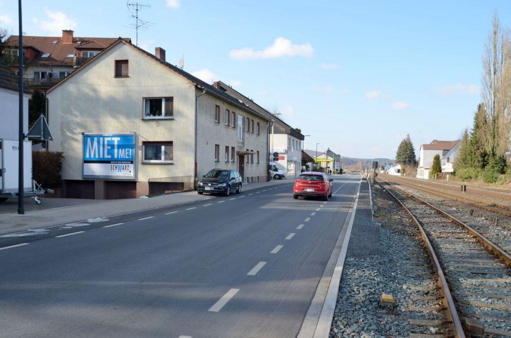 Kleinbahnstr. 4 (quer am Giebel)