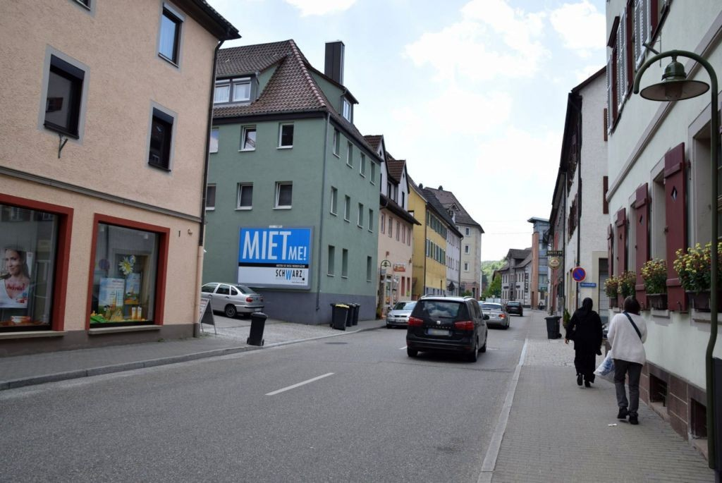 Obere Hauptstr/Hirschstr. 7 (quer am Giebel)