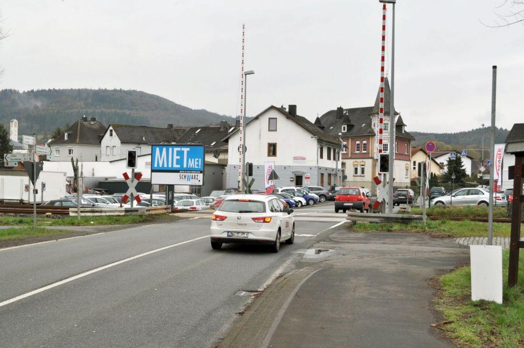 Lahnstr. 3/vor Bahnübergang/WE lks (City-Star)