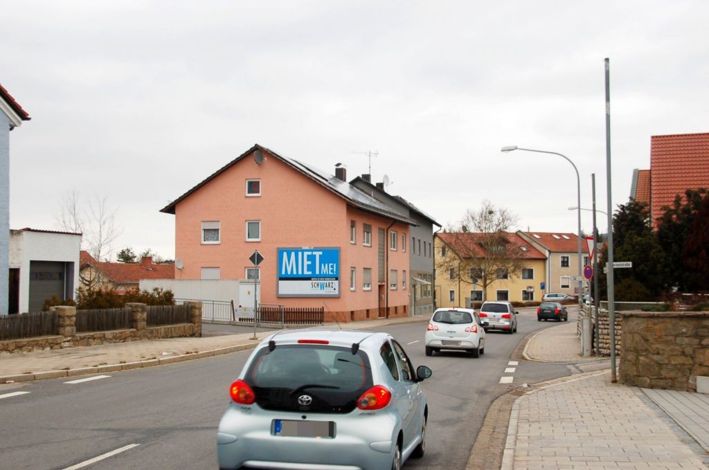 Schulstr. 35/Zufahrt Getrk-Markt Fichtl (quer am Giebel)