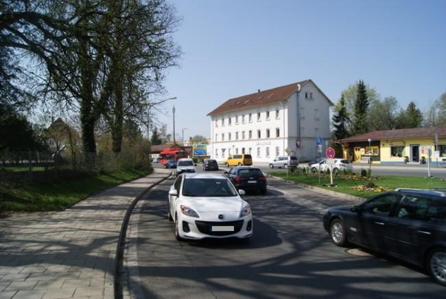 Amag-Hilpert-Str.  - Bahnhofsvorplatz VS quer