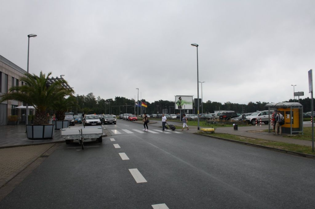 Airport D-Weeze  / vor Terminal geg. Eing. li.