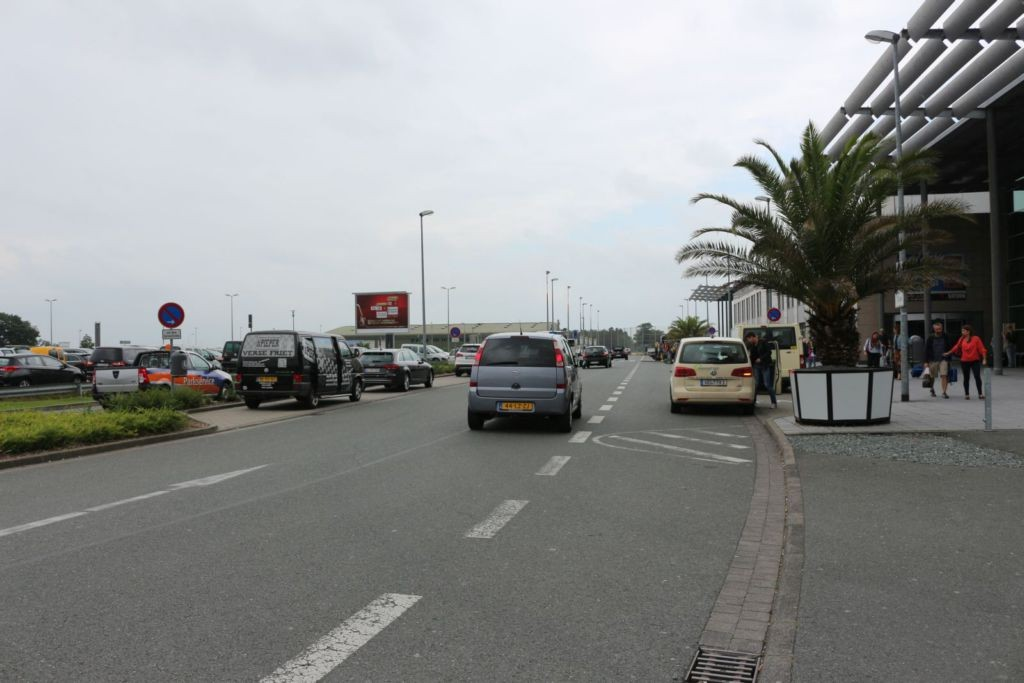 Airport D-Weeze  / vor Terminal geg. Eing. re.
