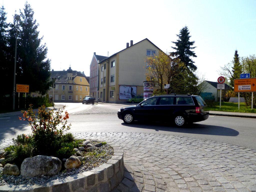 Landshuter Str. (B 299)  / Bahnhofstr. (B 299)