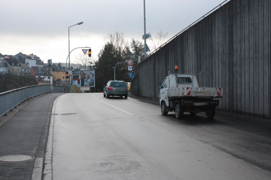 Tiefensteiner Str. (B 422)  / Saarstr. / Hauptstr. quer
