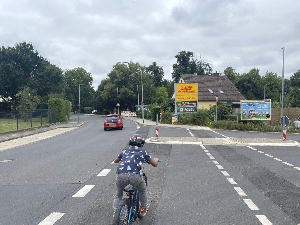 Kastanienweg   1/Bahnhofstr. re. quer Netto