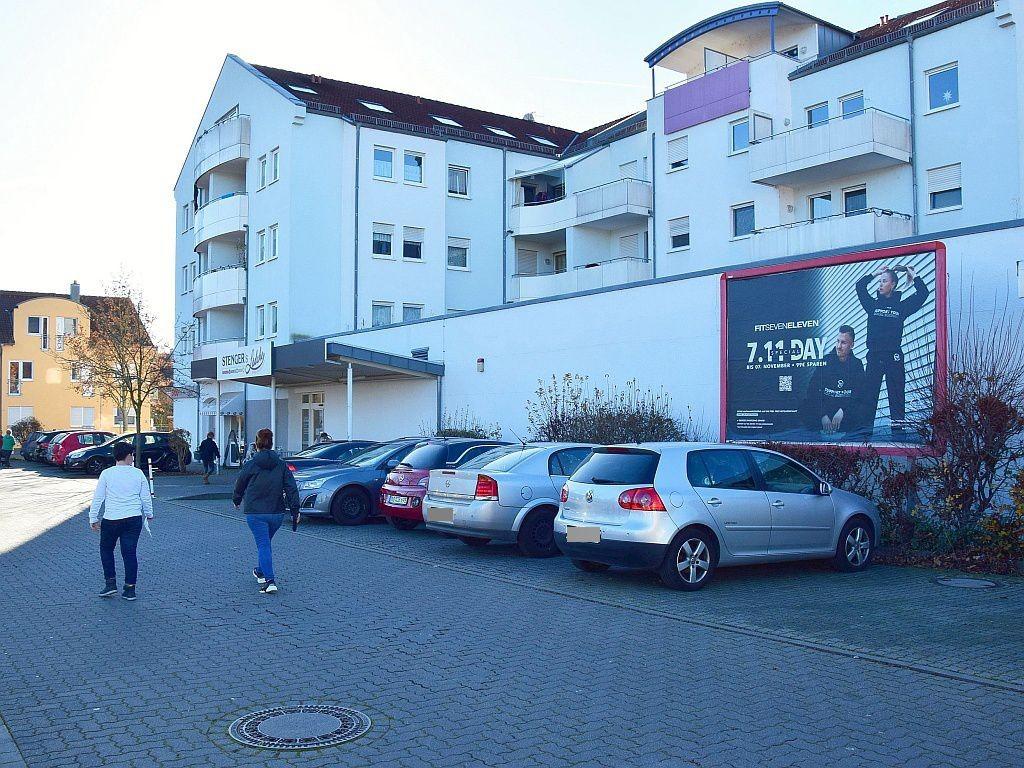 Geschwister-Scholl-Platz   2/Treff re. vom Eing.