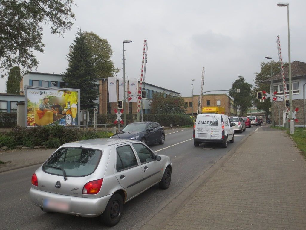 Elzer Str. B8/Bahnüberg. geg. Stellwerk Staffel
