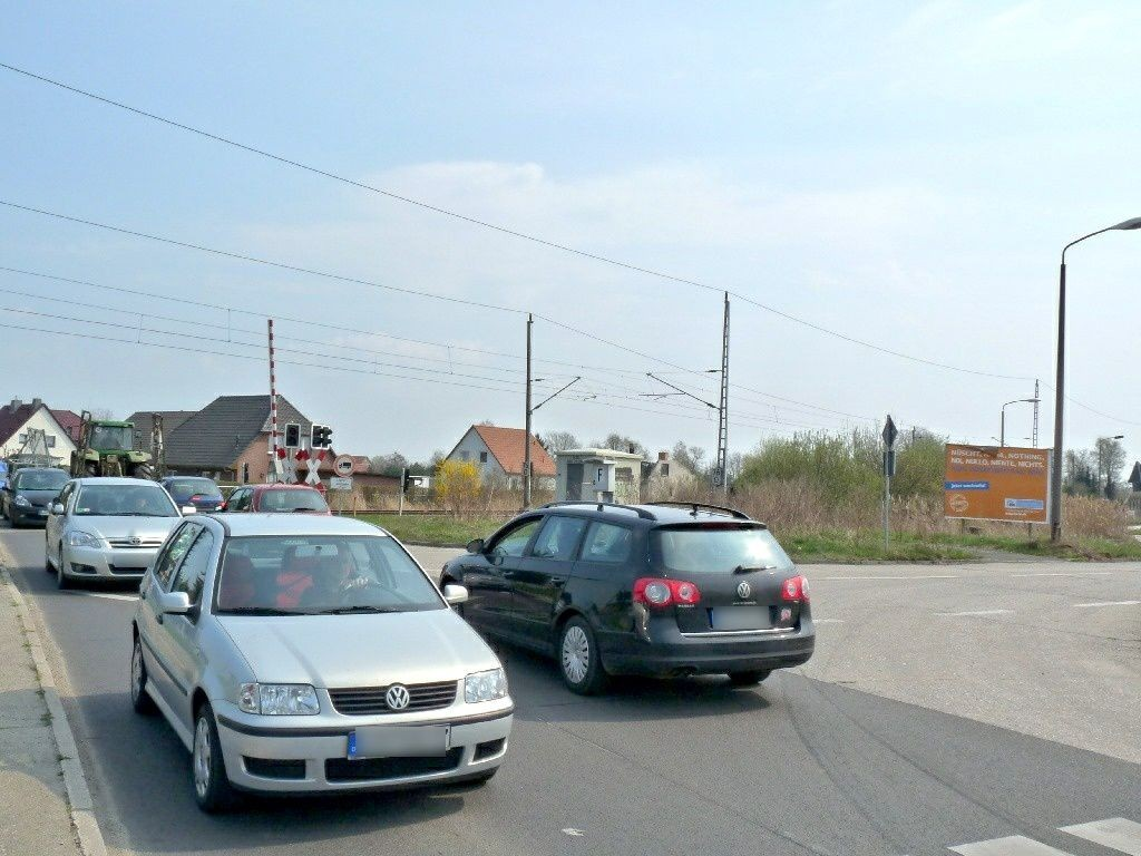 Feldstr. vor Bahnübergang quer