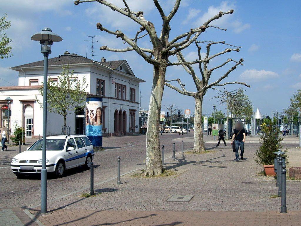 Bahnhofsvorplatz li. vor Bf Langen