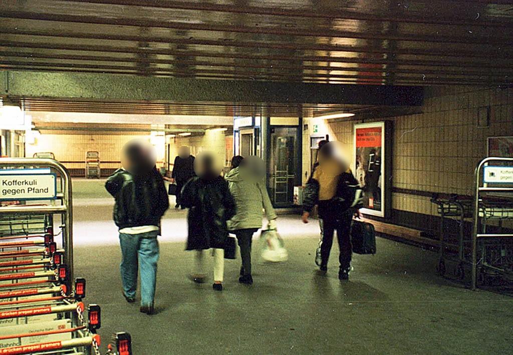 Hbf, Bstg.-Ufg.,re. neb. Aufzug,zu Bstg. Gl. 11/12