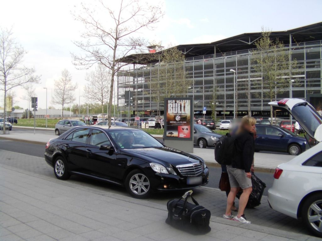 Flughafen vor Terminal li./V1 Si. Terminal