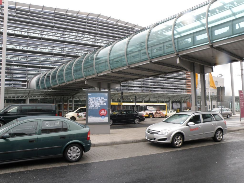 Flughafen vor Terminal re./V2 Si. PH