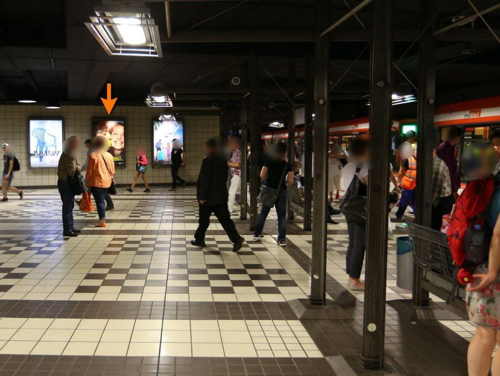 Hbf. U-Bahn, 2. Ebene, geg. Rolltreppe mi.