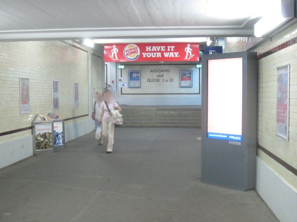 Hbf, Ufg., re. an Türfront Vorplatz