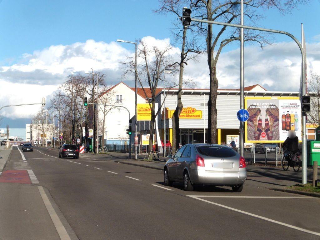 Ulmenweg  80/Netto re. quer