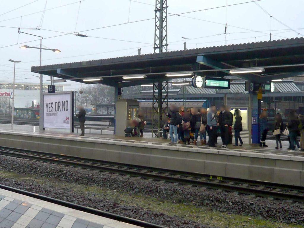 Hbf, Bstg., Gleis 3, 1.Sto., links vor Überdachung