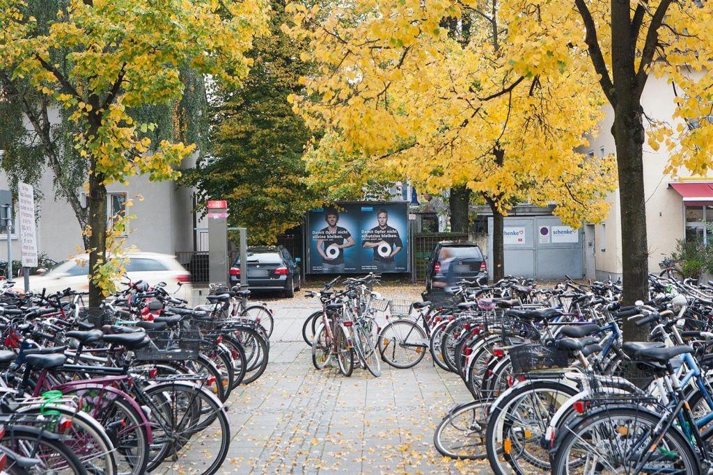 Hbf, Bf-Vorplatz, bei Fahrradständer