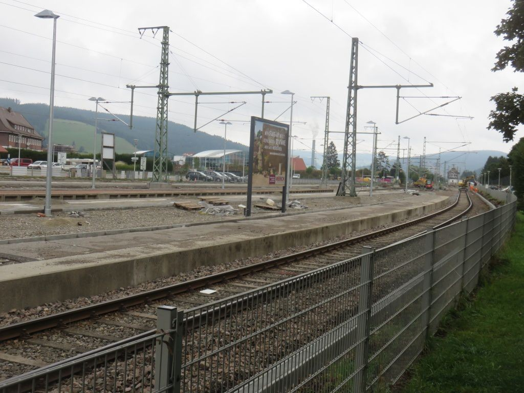 Bf Titisee Bstg. Gleis 1 re. Si. PP Bahnhofstr.