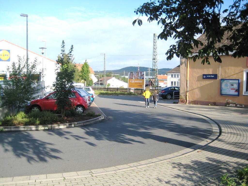 Am Bahnhof neb. Empfangsgebäude