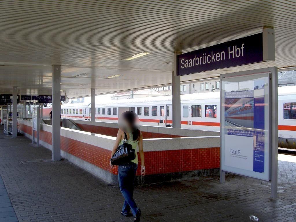 Hbf, Bstg. Gl. 12, vor Abg. z. Personentunnel