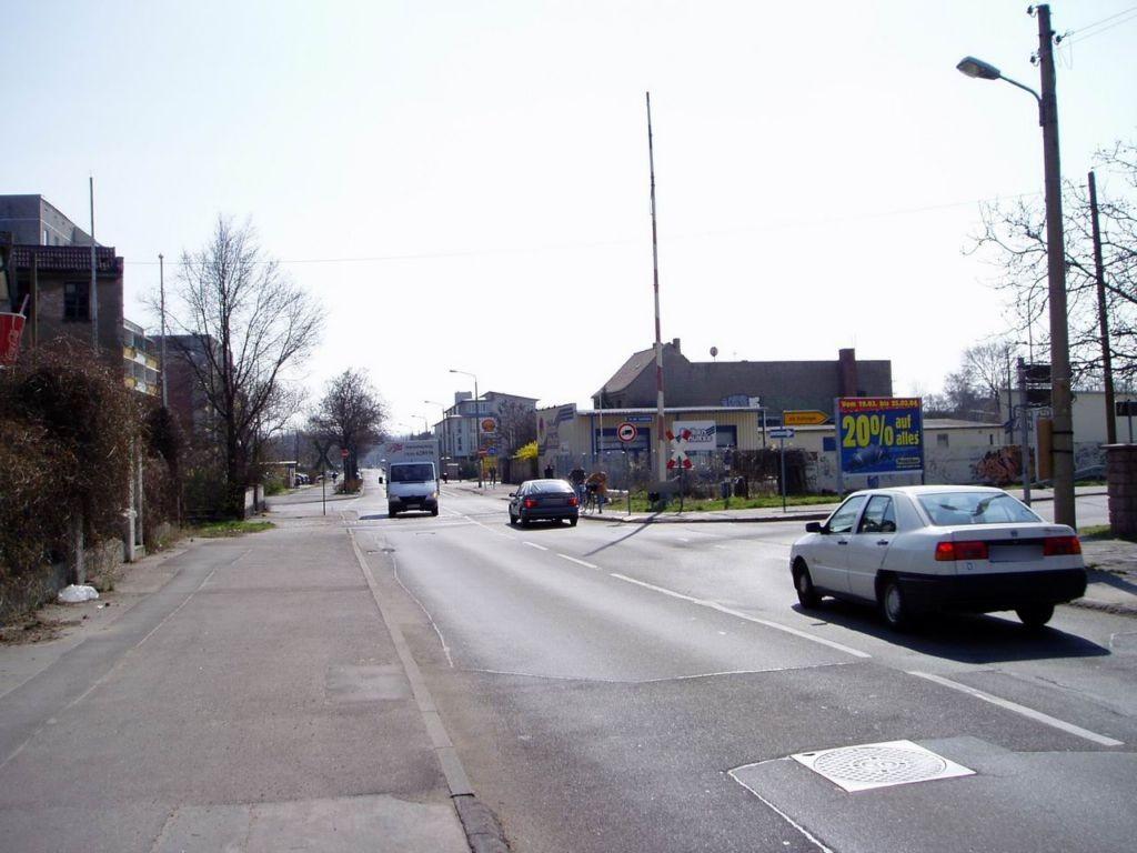 An der Saalebahn/Köthener Str., vor Bahnüberg.