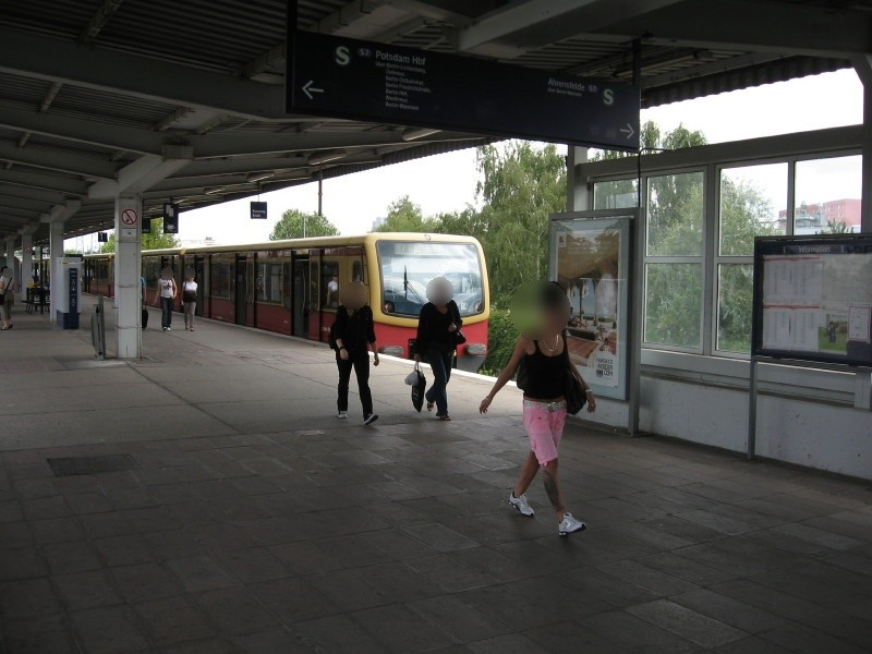 S-Bf Poelchaustr,Bstg.,neben InfoVitrine, vor Fens