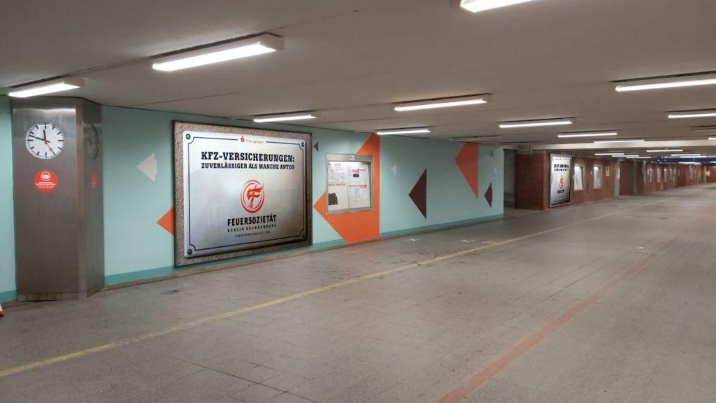 Bf Schönefeld Flugh., Durchg.z.Flughafen zw.Treppe