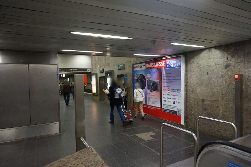 Odeonsplatz vor Rolltreppe zur U4/U5 li.
