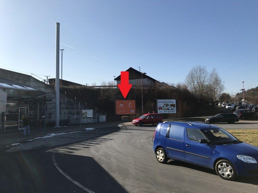 Bf, ICE-Bahnhof/vor Eingang re./ linke GF